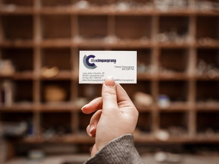 biglietto da visita lito cinquegrana con mensole tipografiche dietro