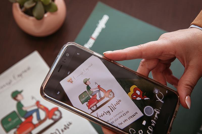 cellulare che fotografa un volantino A5 di vincenzo capuano