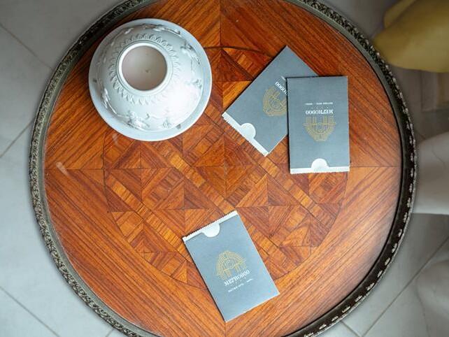 portascontrini hotel litocinquegrana su tavolo di legno
