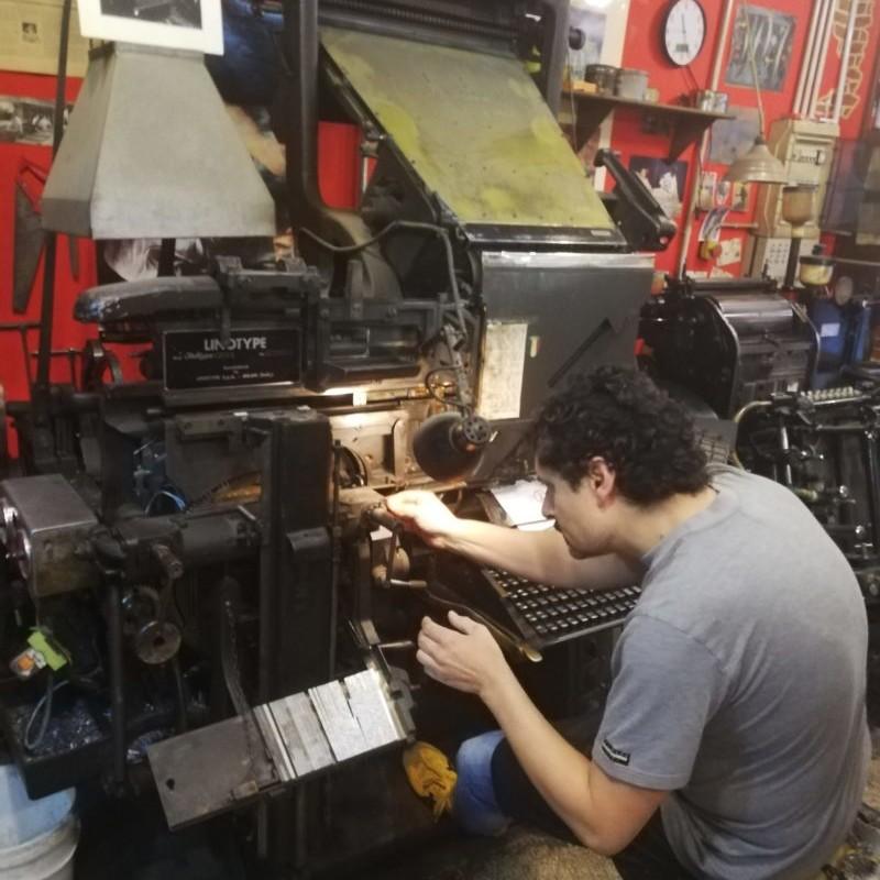 Carmine Cervone che digita su Linotype