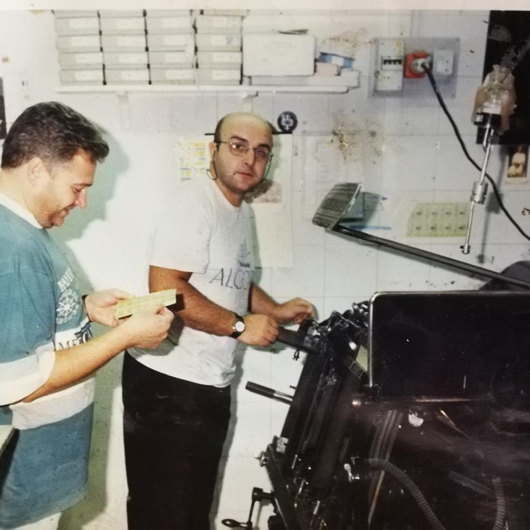 Franco Cinquegrana a lavoro nella sua vecchia tipografia di Secondigliano