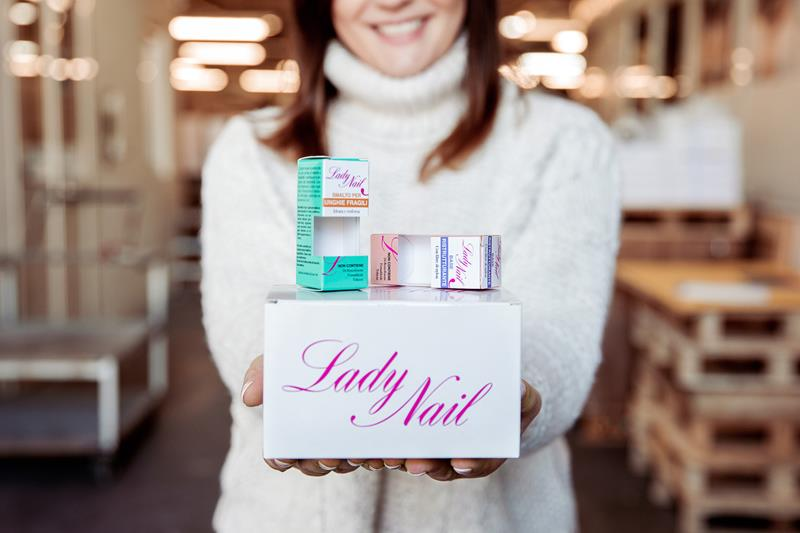 packaging lady nail vari prodotti sulle mani di lia cinquegrana