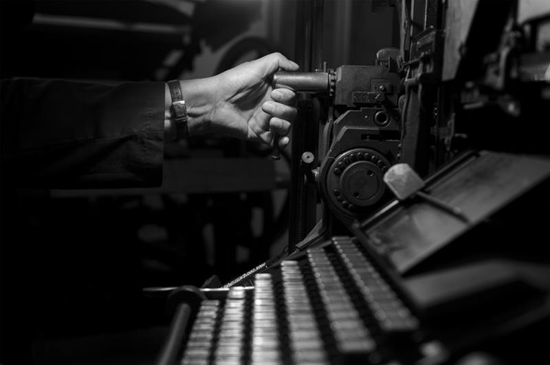 mano di simone quetti che gira una manovella