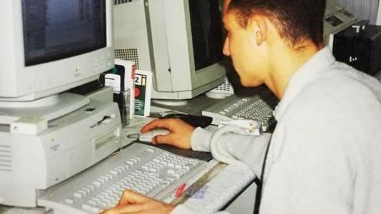 grafico ernesto a lavoro agli inizi degli anni 90 con macintosh