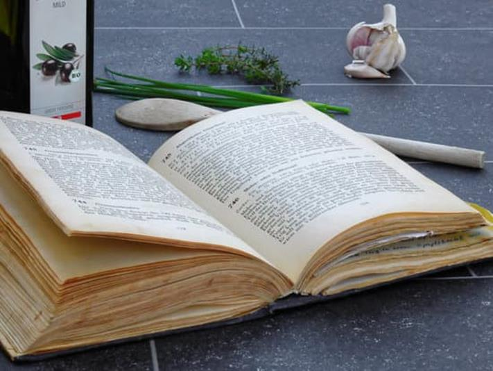 libro di ricette con cucchiarella in legno