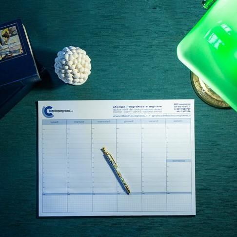 planning da tavolo su scrivania verde illuminata da un led
