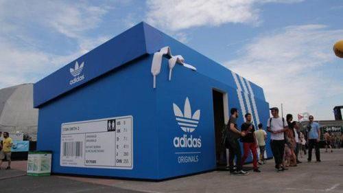 negozio a forma di scatole delle scarpe della adidas
