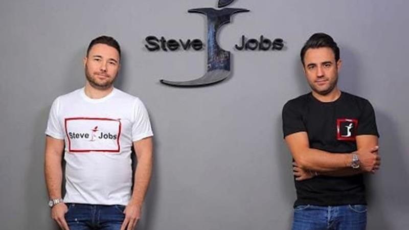 fondatori azienda napoletana steve jobs con logo dietro