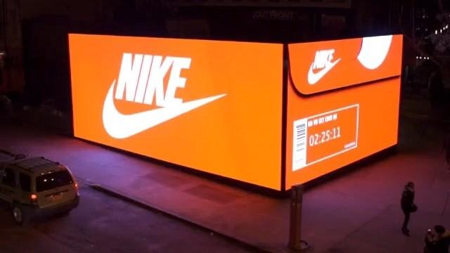 negozio a forma di scatole delle scarpe della nike illuminato