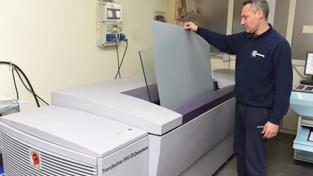 ernesto cinquegrana mentre prende una lastra litografica che esce dalla macchina