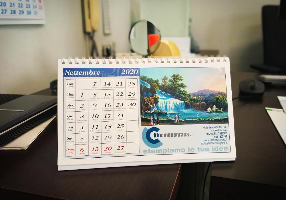 calendario da tavolo lito cinquegrana su scrivania di legno scuro