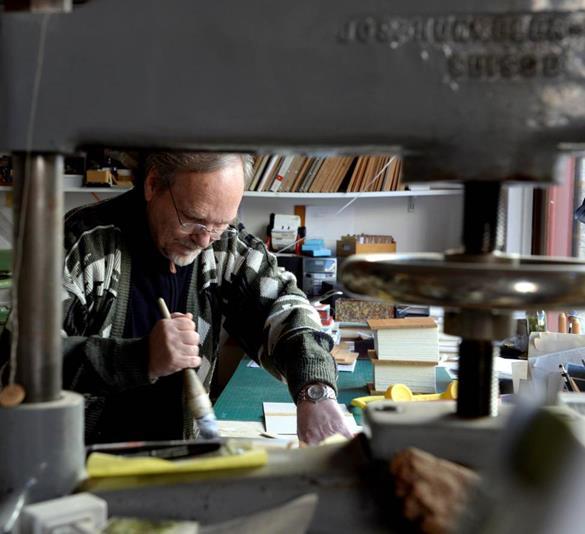 josef weiss mentre stampa nel suo atelier