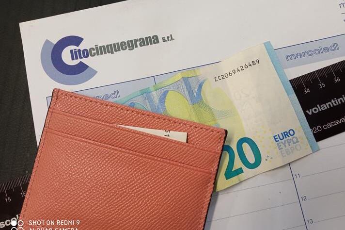 banconota da venti euro sotto portamonete rosa
