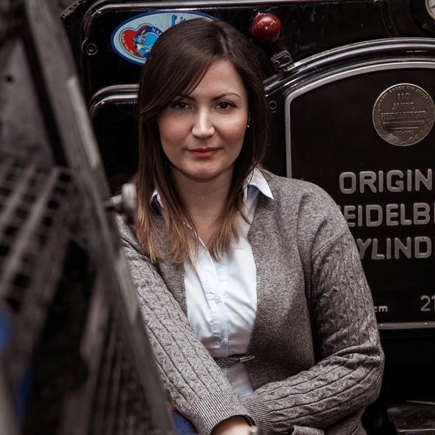 donna seduta su un original heidelberg cylinder