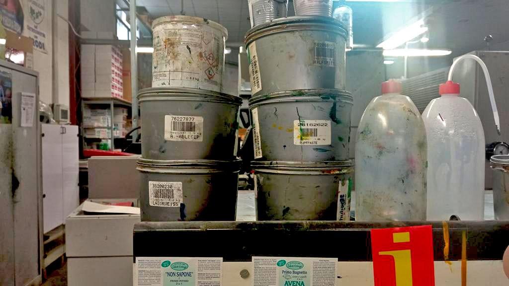 contenitori sporchi di inchiostro per stampa offset anche durante la pandemia