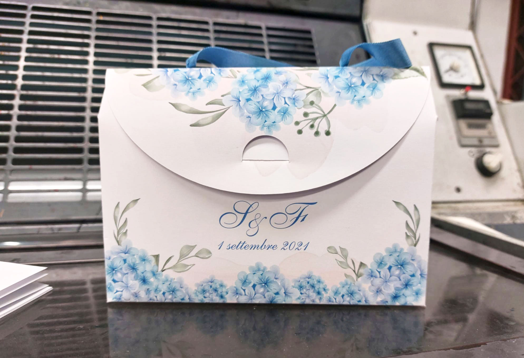 packaging elegante per matrimonio con nastro celeste -